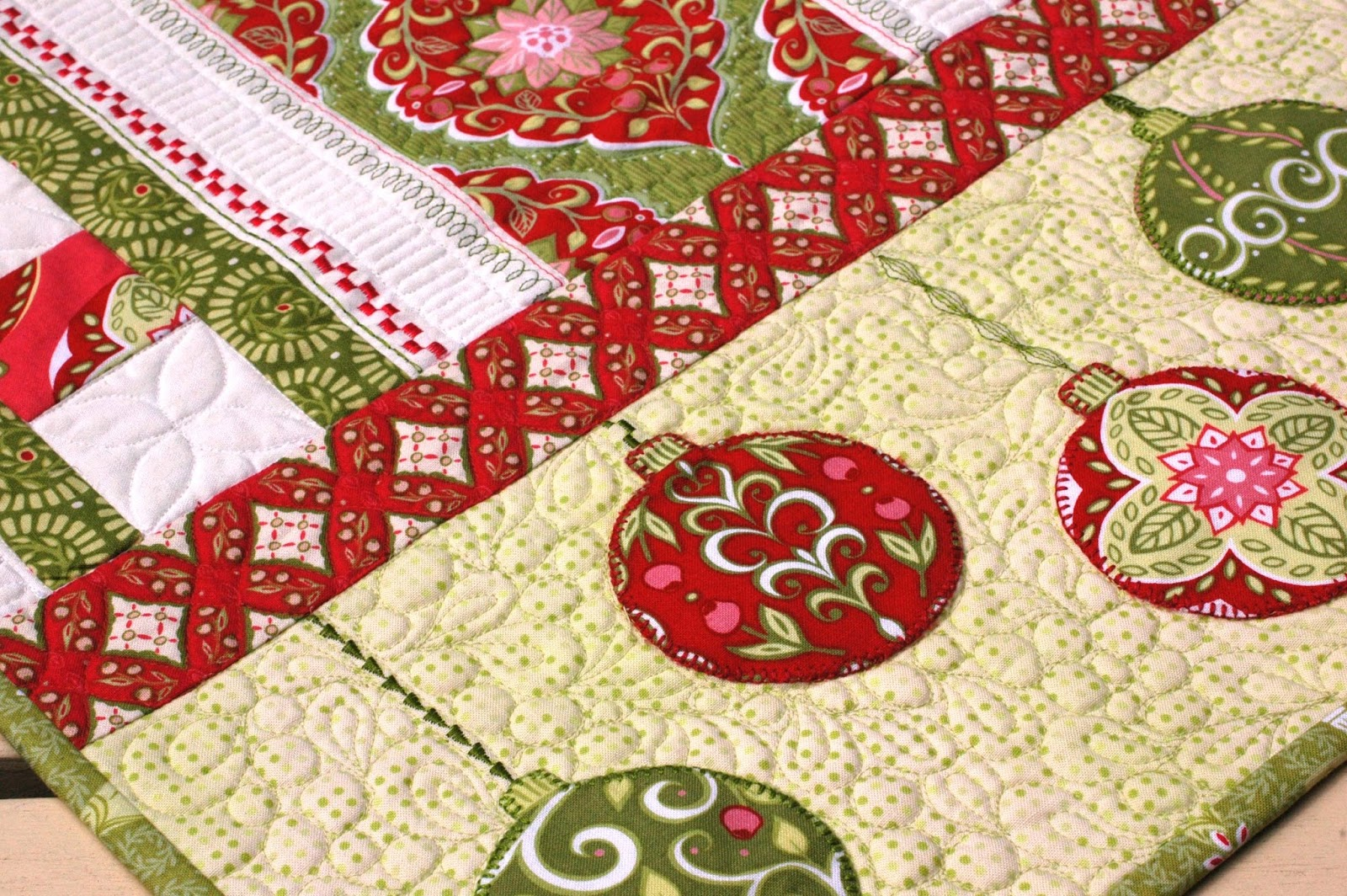 Free Pattern Christmas Quilt Table Runner : Amanda Murphy Design: Complimentary Holiday Bouquet Table Runner pattern!