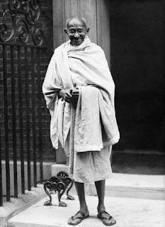 لماذا كان الزعيم الهندي غاندي يرتدي دائما القماش فقط ؟