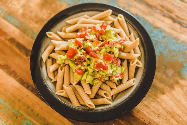 Teller Pasta mit Avocado und Tomaten