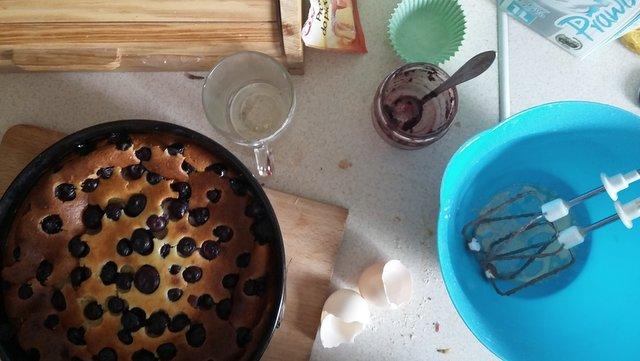 bałagan, kuchnia, ciasto z jogurtu, borówka amerykańska, ikea
