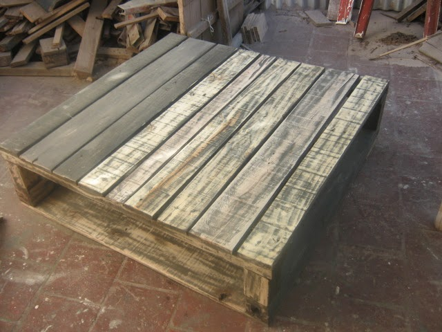 Mesa ratona reciclada con pallets de madera