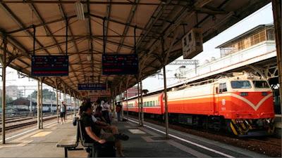 PUES SÍ... ESTAS COSAS OCURREN... - Página 6 Estacion-tren-cita-taiwanes-esperando