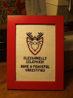 Korsstingsbroderi fra Twisted Stitches. Sleighbells silenced! Have a peaceful christmas.