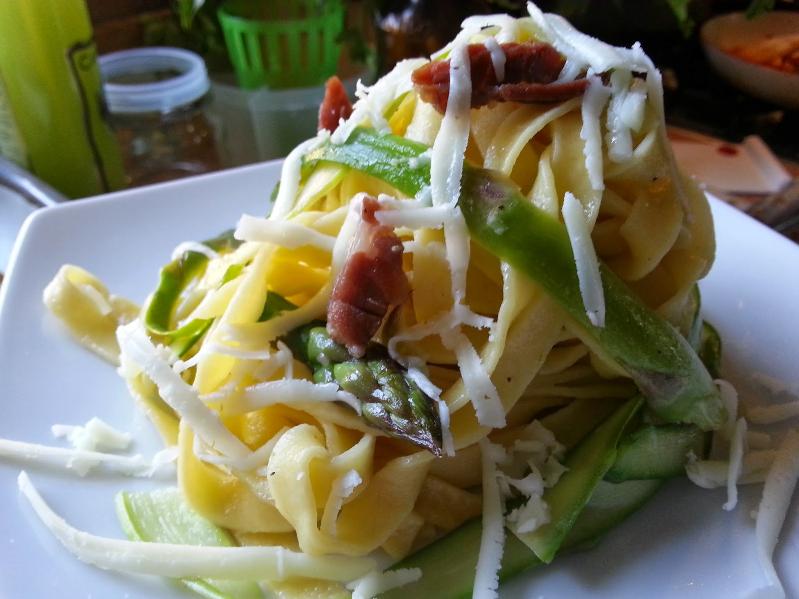 tagliatelle di pasta e asparagi con prosciutto crudo e pecorino