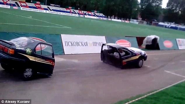 [Video] Kereta Terpotong Dua Kejutkan Penonton