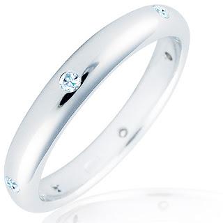 anillo sencillo con diamantes
