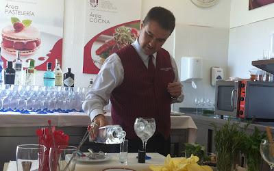 Juan Carlos Sánchez, barman del Café de Oriente