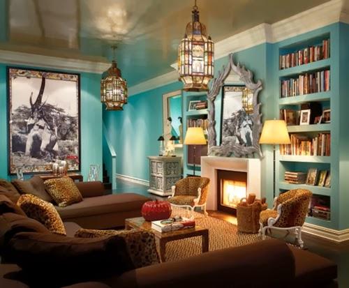 Sala estilo ecléctico con paredes turquesas y muebles marrones. Un