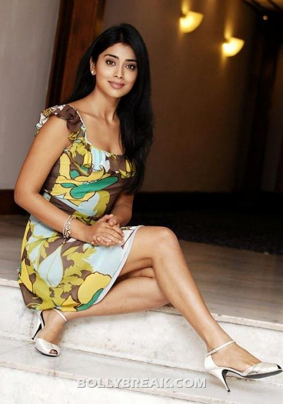 Shriya Saran Showing legs hot photo - (3) - Shriya Saran New photos