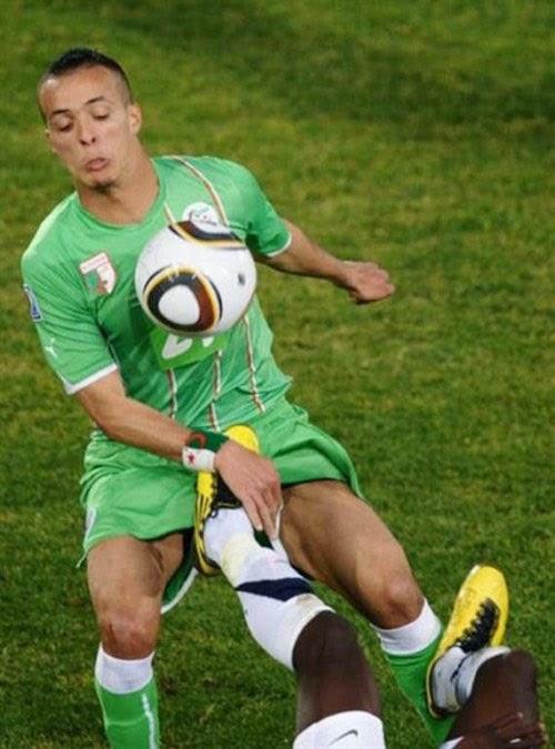 smešna slika: fudbaler šut u preponama