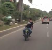Motorista de espalda
