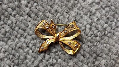 złota broszka kokardka z kryształkami w stylu Chanel