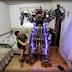 Joven sin estudios construye un robot humanoide con piezas recicladas