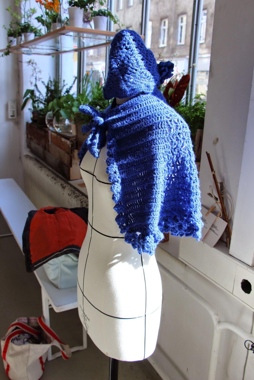 capa azul crochet hecha a mano