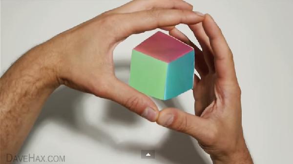 手の中で浮いているキューブ