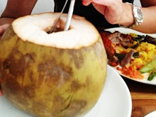 ワルンクチル サヌールのナシチャンプル屋さんのココナッツ