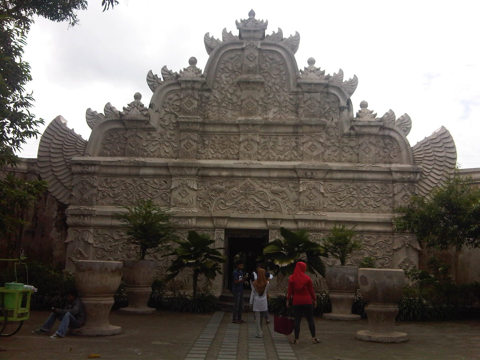Lokasi : Pemandian putri raja/ taman sari, biaya masuk kisaran 3.000
