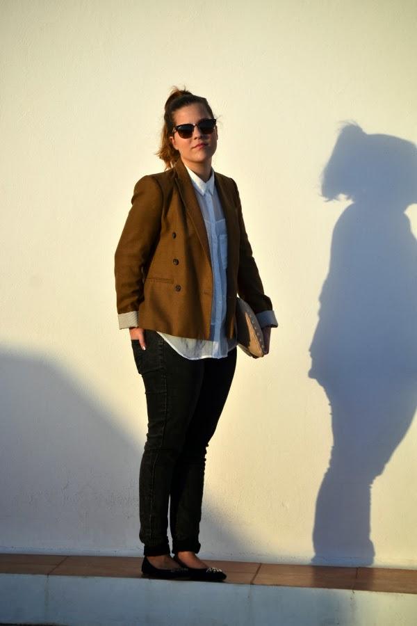 look_outfit_blazer_marrón_camisa_blanca_bailarinas_joya_nudelolablog_01