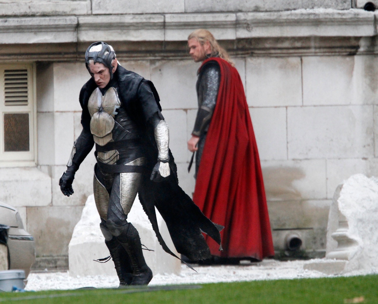 http://3.bp.blogspot.com/-pa9zKyRJ8TA/UObOLh09iDI/AAAAAAAAAnM/lPiPk6fnIJc/s1600/Thor-The-Dark-World-On-The-Set-chris-hemsworth-32935830-1500-1207.jpg