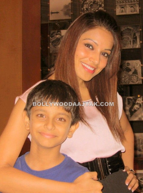 Bipasha Basu  - Bipasha Basu Day out with Family