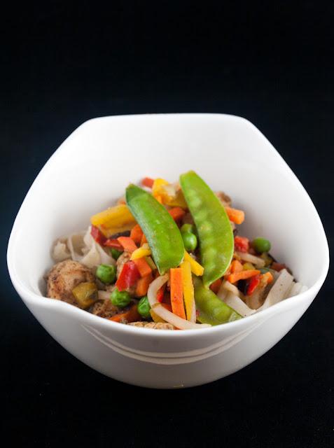 makaron ryżowy kurczak warzywa chińskie