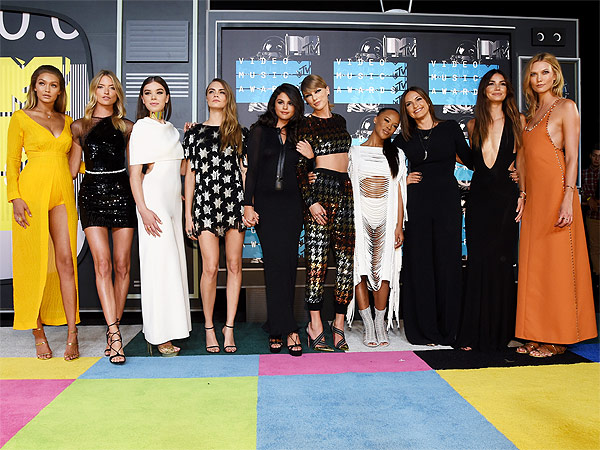 taylor swift and crew and friends vmas 2015 karlie kloss serayah cara delevigne gigi hadid