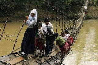 SEKOLAH MISKIN DI NEGERI TERCINTA INDONESIA