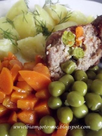 Kotlety mielone faszerowane marchewką i groszkiem