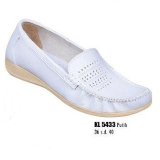 Sepatu putih perawat