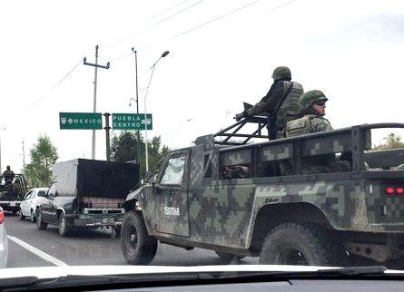 Chupaductos protegidos por pobladores enfrentan a militares