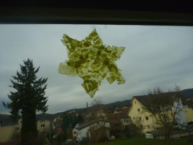 Sterne kleistern im Kindergarten für die Fenster