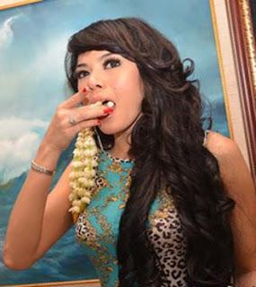 Foto Nikita Mirzani Makan Melati Ingin Saingi Julia Perez