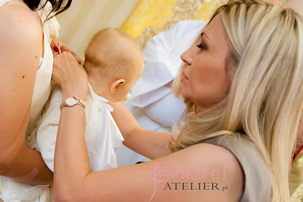 matka chrzestna zakłada białą szatkę