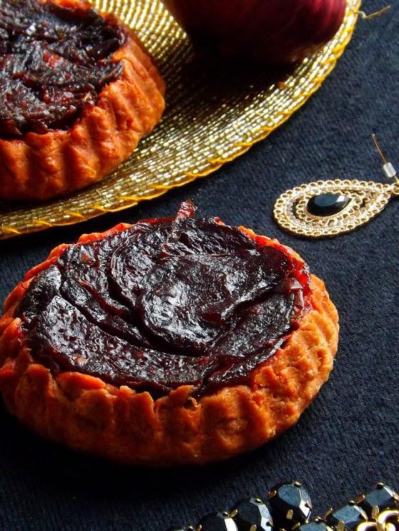 http://sweetnessandmore.wordpress.com/2013/12/02/tartes-tatins-a-la-betteraves-et-oignons-rouges/