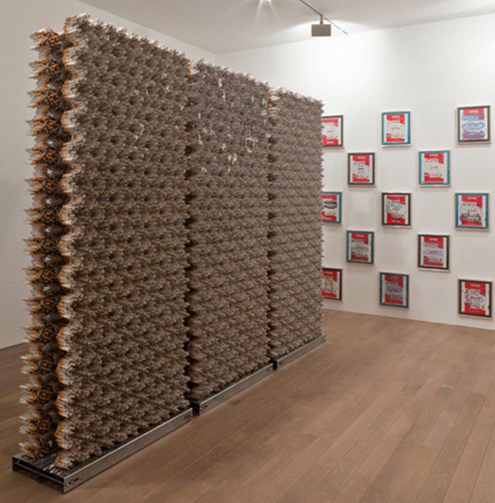 Artista Mahmoud Bakhshi Moakha. Wall, 2009-2011. Cigarros e folhas de flandres. 260 x 100 x 40 cm.