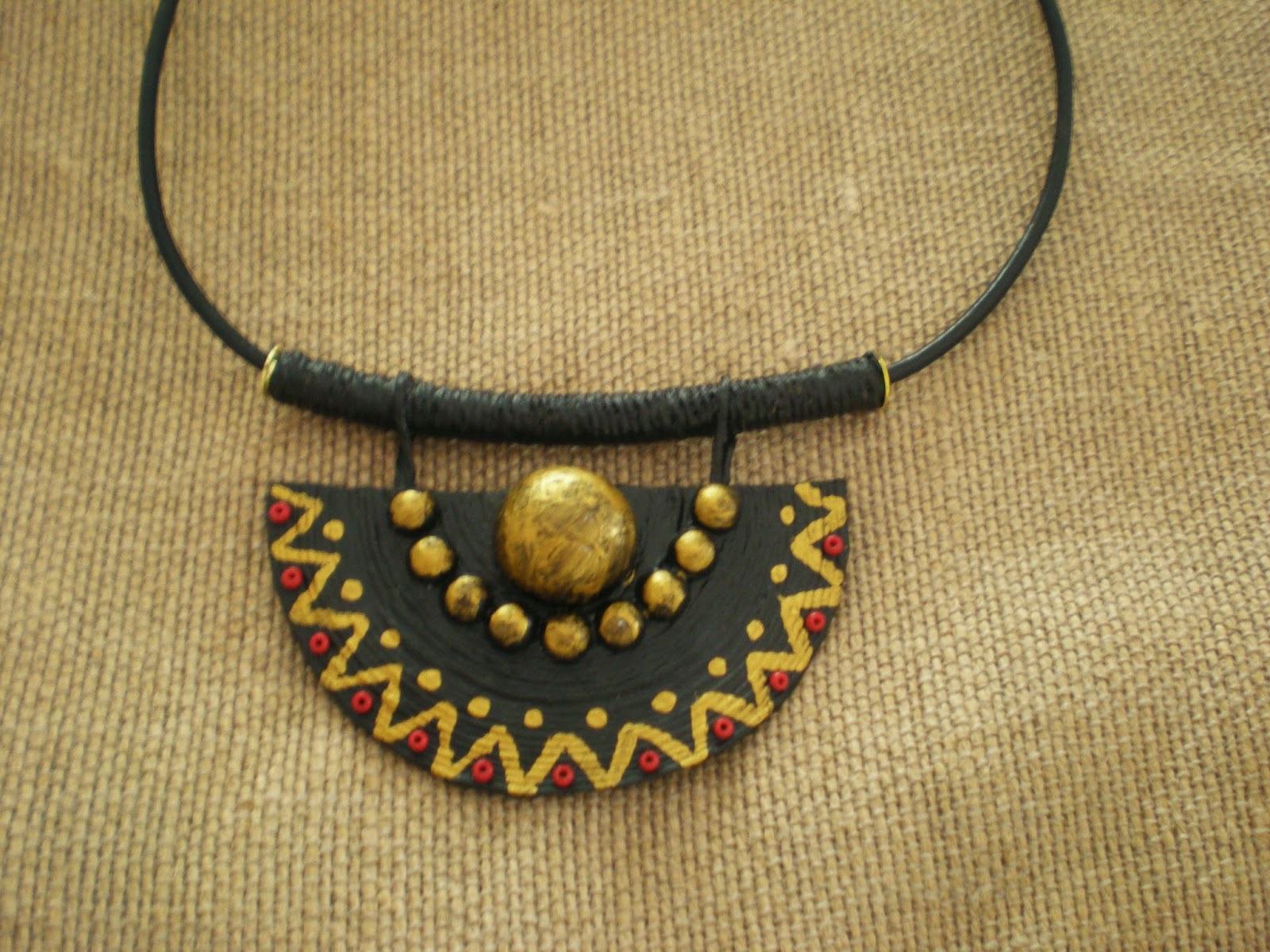 Aprovechando que también esta de moda he hecho este collar de un estilo más  etnico.Hecho y pintado a mano.
