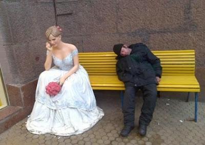 Жаловаться  окружающим как сильно она хочет за тебя замуж.