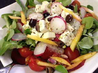 insalata con feta greca, pesche e pistacchi
