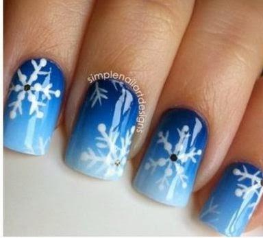 Decoración de uñas para navidad. EsmaltesAzul,celeste,pincel fino,pintura acrílica blanco y negro,brillo,esponja.
