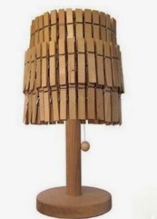 http://www.manualidadeson.com/una-lampara-muy-original-con-las-pinzas-de-la-ropa.html