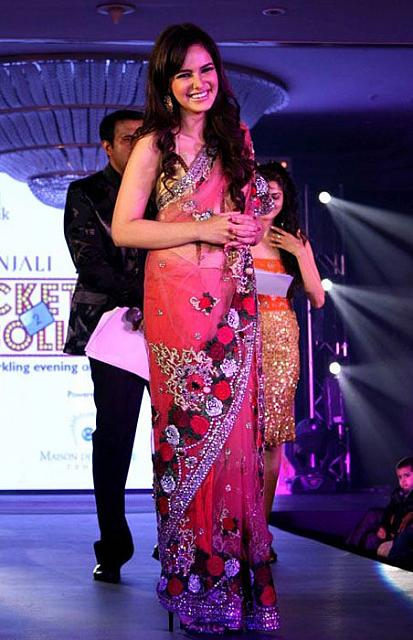 Shazahn padamsee Ramp Walk Saree - Shazahn Padamsee Ramp Walk in Saree