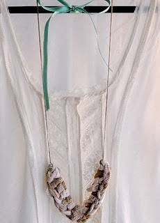 http://madredemialma.com/2013/07/como-convertir-una-camiseta-vieja-en-un-collar-de-trapillo/