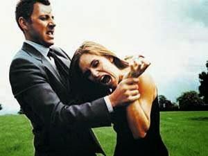 هل عضة الانسان أخطر من عضة الكلب  - امرأة تقضم يد رجل تعض تعوض - woman bite man