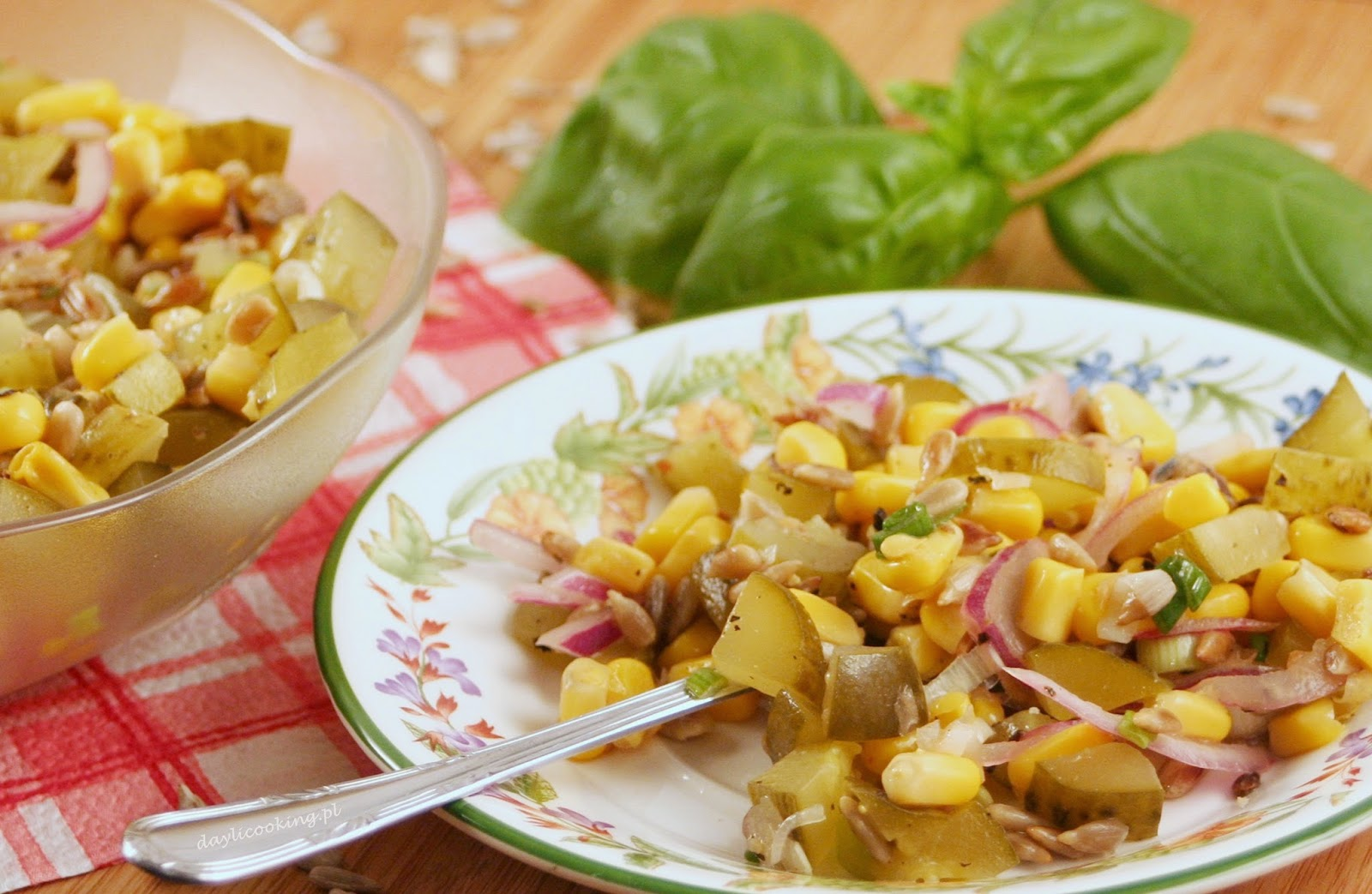 Sałatka z kiszonych ogórków, kukurydzy i prażonego słonecznika