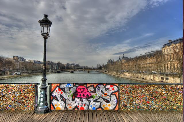 Bridge river picture bridge locks paris for Love lock bridge in paris