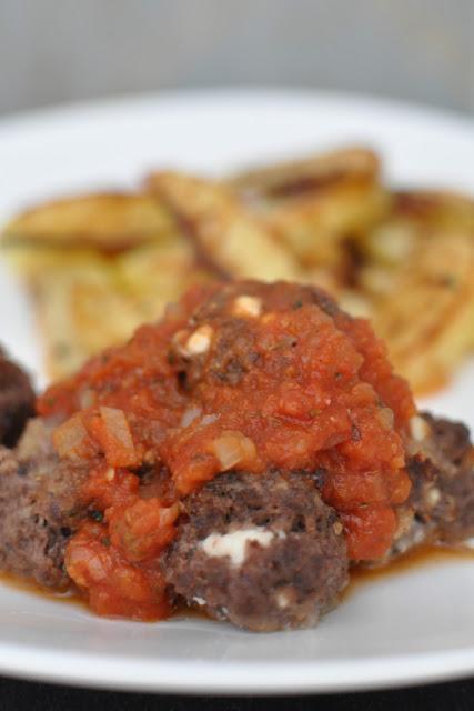 Feta-lihapullia minttu-tomaattikastikkeessa