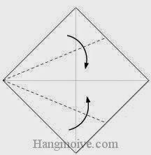 Bước 2: Gấp chéo hai cạnh tờ giấy vào trong.