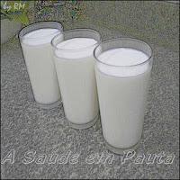 Três copos de leite. Alimento que tem vitaminas, proteínas e sais minerais.