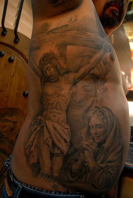 Tatuaje de Jesús y María en la Cruz