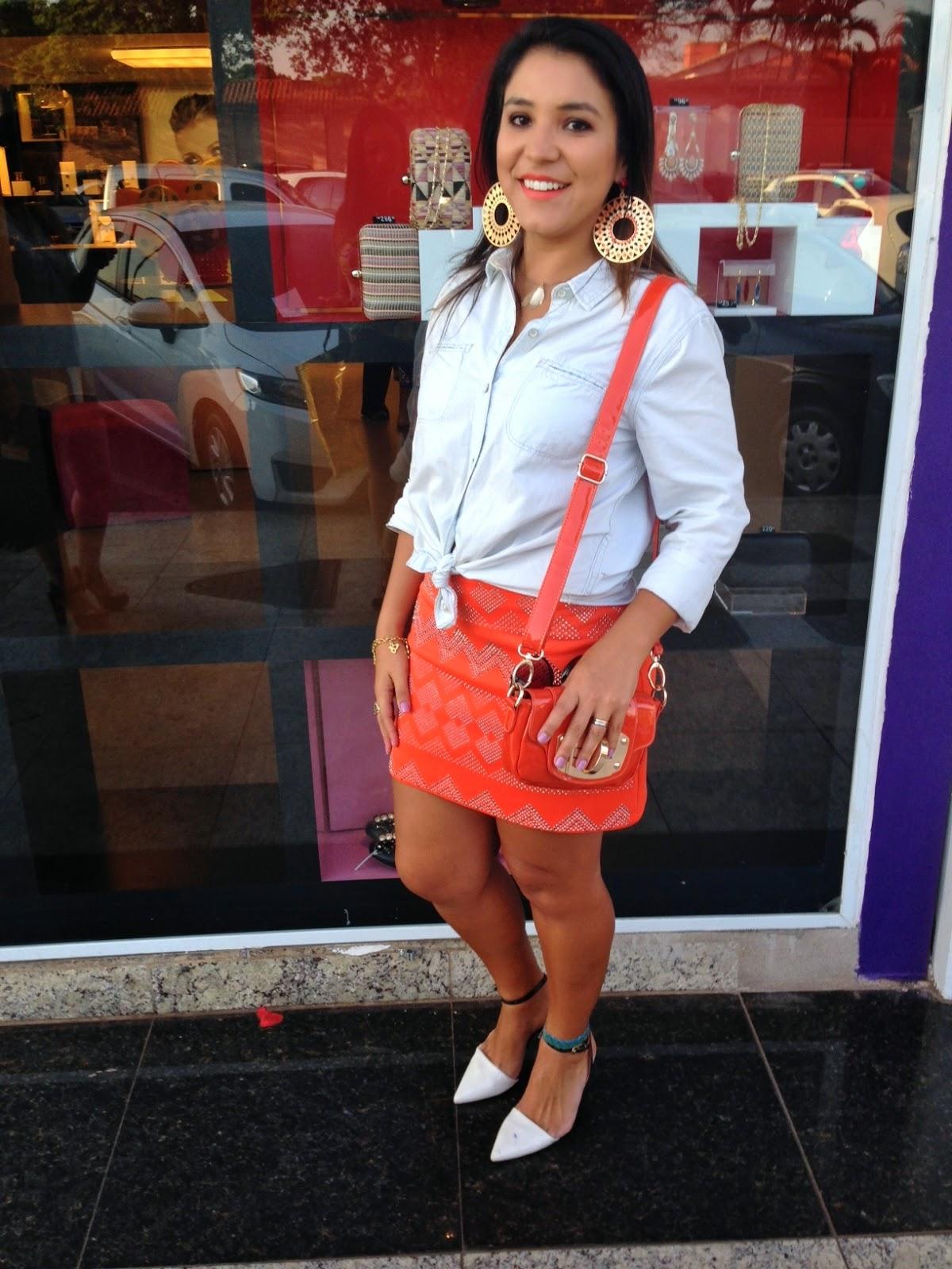 Look do dia: Saia laranja + Camisa Jeans